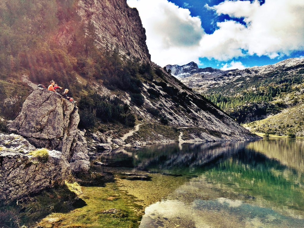 na-skali-pred-jezerom